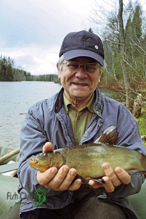 Линь в руках рыболова